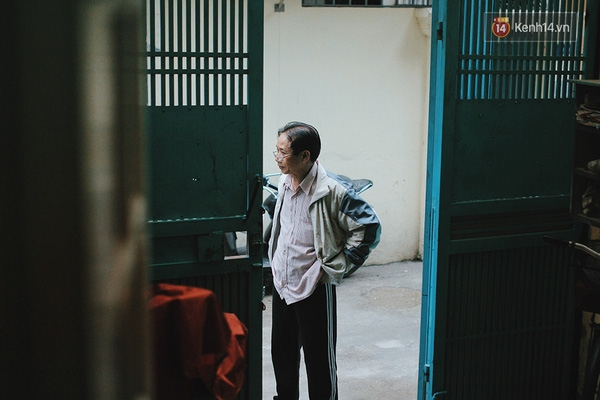 Khi Minh bước chân ra đường, tâm trí của ông Bình vẫn luôn dõi theo con.