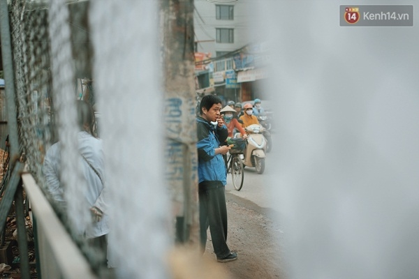 Minh thích đi lang thang một mình và ông Bình cứ lặng lẽ dõi theo con từ xa.