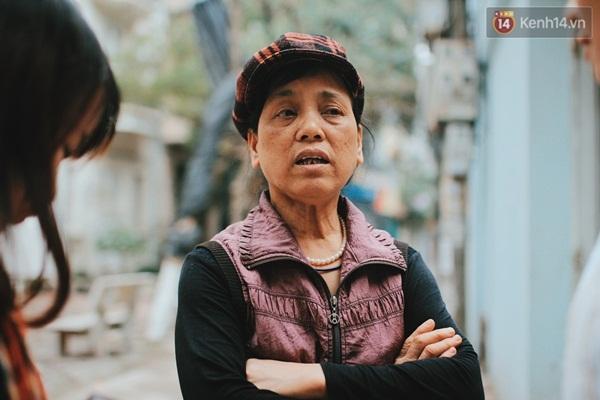 """Bà Thịnh (hàng xóm của ông Bình) tâm sự: """"Minh tuy không bình thường về nhận thức nhưng không làm hại ai bao giờ. Ở đây ai cũng biết rõ hoàn cảnh của gia đình nó nên thương nhiều lắm""""."""