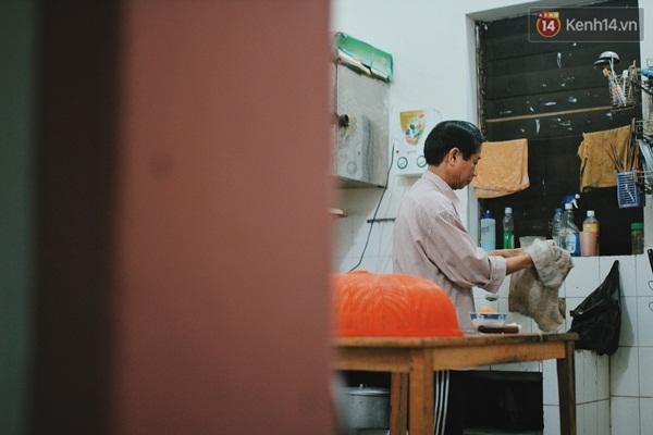 Trong lúc Minh đi chơi, ông Bình tranh thủ nấu cơm và lau dọn nhà cửa. Mọi thứ đều do ông tự tay làm vì vợ chồng ông ly thân đã mấy năm nay và con gái thứ 2 đang bận rộn lo việc học tập cuối cấp 3.