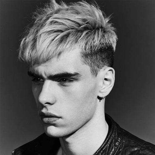 Được lấy cảm hứng từ thời trang Punk, kiểu tóc này sẽ giúp bạn cực kì nổi bật trong đám đông vàkhá phù hợp với những bạn trai có mái tóc thẳng và dày. Phạn có thể nhuộmsángphần tóc ở đỉnh đầu đểtạo sự đối lập vànổi bật với phần tóc đen được cắt ngắn ở 2 bên. (Ảnh: Internet)