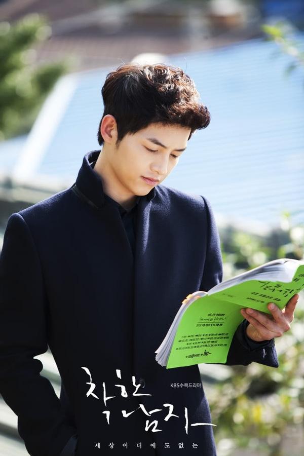 Big Boss Song Joong Ki mặc cây đen trông còn soái ca hơn cả khi mặc sơmi trắng