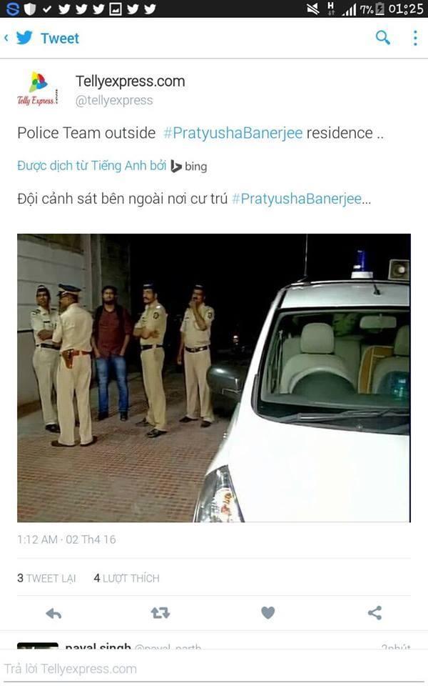 Cảnh sát đứng trước nhà của Pratyusha Banerjee, nơi cô được phát hiện tự tử. (Ảnh: Internet)