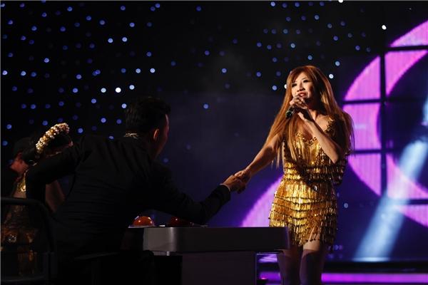 Bất ngờ, cô mời các huấn luyện viên lên sân khấu để cùnghòa mình vàobài hát. - Tin sao Viet - Tin tuc sao Viet - Scandal sao Viet - Tin tuc cua Sao - Tin cua Sao