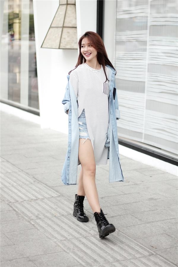 Chân váy, quầndenim kết hợp áo khoác denim bên ngoài, áo phông hay sơ mi bên trong sẽ giúp bạn trông vừa cá tính nhưng không làm mất đi vẻ điệu đà vốn có.