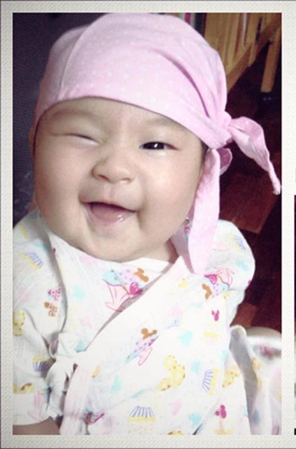 """Cô con gái thứ 2 của nam ca sĩ Lý Hải từng khiến cư dân mạng """"phát sốt"""" với hình ảnh nháy mắt đầyđiệu nghệ. - Tin sao Viet - Tin tuc sao Viet - Scandal sao Viet - Tin tuc cua Sao - Tin cua Sao"""