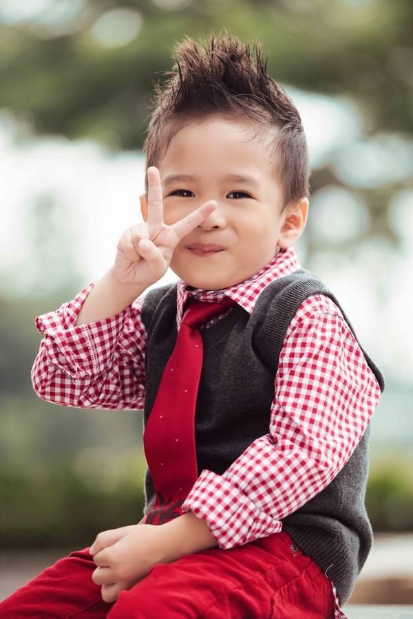 """Khoảnh khắc hồn nhiên và dễ thương vô cùng của bé Jacky Minh Trí - con trai nữ ca sĩ Thụy Anh và đồng thời cũng là con nuôi của """"búp bê"""" Thanh Thảo. Sẽ không thể nói gì hơn với bức ảnh này ngoài 4 từ: """"Yêu không thể tả"""". - Tin sao Viet - Tin tuc sao Viet - Scandal sao Viet - Tin tuc cua Sao - Tin cua Sao"""