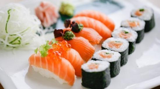 Sushi là món ăn truyền thống của người Nhật Bản.