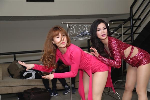 Đông Nhitập luyện lại các động tác vũ đạo trước khi lên sân khấu. - Tin sao Viet - Tin tuc sao Viet - Scandal sao Viet - Tin tuc cua Sao - Tin cua Sao