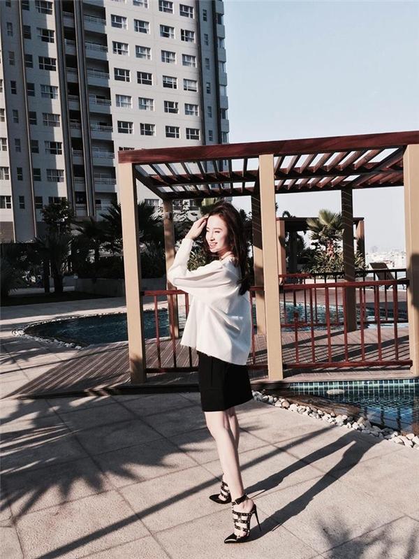 Angela Phương Trinh kết hợp hai sắc màu kinh điển trắng, đen trên nền dáng váy midi cổ điển cùng áo phông phom rộng trẻ trung, hiện đại. Những chiếc túi xách nhỏ xinh gần như không thể vắng mặt với cô nàng trong những buổi dạo phố hay cà phê cùng bạn bè.