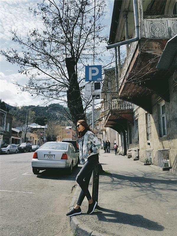 Cả cây đen đơn giản gồm: áo phông cổ lọ, quần jeans skinny của Thanh Hằng lại được tạo điểm nhấn bằng áo jeacket da khoác ngoài với loạt hoạ tiết tươi vui, bắt mắt.
