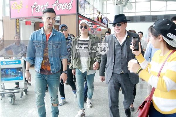 Denis Do cùng bố tiễn Seung Ri ở sân bay.