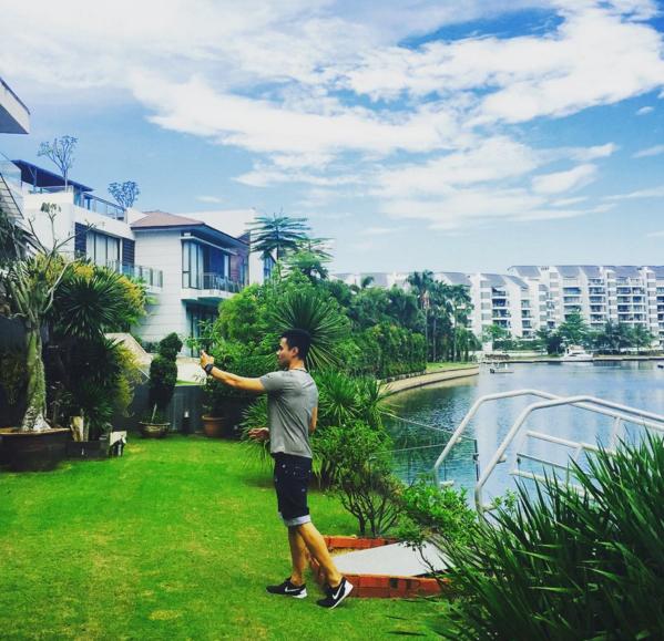 Denis Do tại một khu resort sang chảnh.