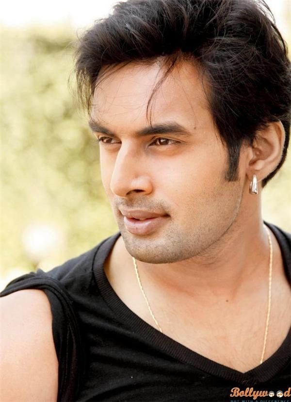 Anh cũng thể hiện thành công một chàng trai trẻ là nhạc sĩ, đem lòng yêu người đẹp Dhara trong bộ phimAmber Dharatrên kênhSony TV. Cũng trên kênhSony TV, Rahul cùng Pratyusha Banerjee tham gia show truyền hình thực tế nổi tiếngPower Couplehồi năm 2015.