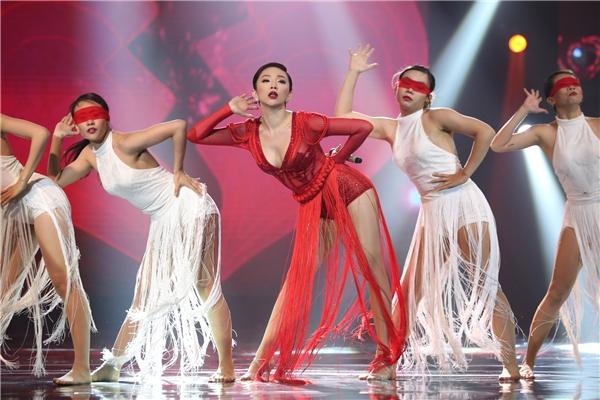 """Tóc Tiên """"đỏ nồng nàn"""", khiến người xem phải """"phát hờn"""" với những biểu cảm sexy trên mức quy định cùng khả năng hát live cực """"đỉnh"""". - Tin sao Viet - Tin tuc sao Viet - Scandal sao Viet - Tin tuc cua Sao - Tin cua Sao"""