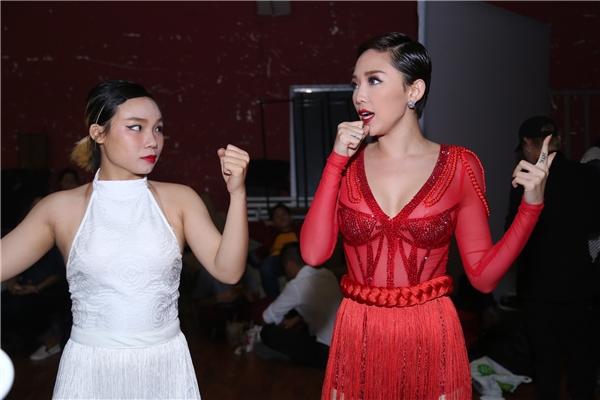Tóc Tiên tranh thủ tập luyện cùng vũ công trong hậu trường trước khi lên sân khấu. - Tin sao Viet - Tin tuc sao Viet - Scandal sao Viet - Tin tuc cua Sao - Tin cua Sao