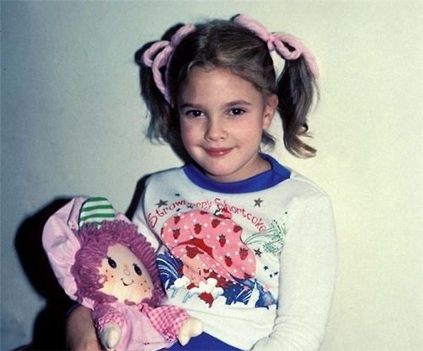 """Nổi tiếng từ sớm nên tuổi thơ của Drew Barrymore khá """"bất thường"""". (Ảnh: Internet)"""