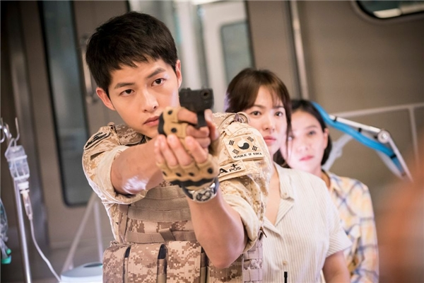 Khán giả xót xa phát hiện cánh tay bị thương của Song Joong Ki