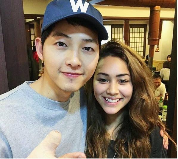 Song Joong Ki cùng cánh tay bị thương trong buổi tiệc của đoàn làm phim