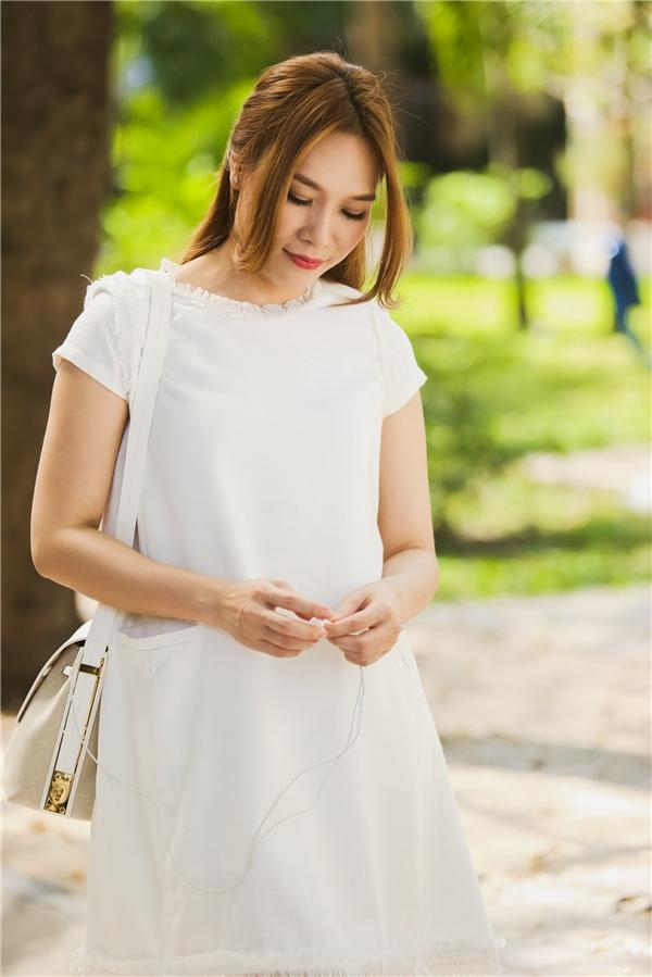 Cùng sử dụng sắc trắng, Mỹ Tâm lại trông trẻ trung, năng động hơn nhưng vẫn nhuộm màu của phong cách cổ điển khi diện dáng váy rộng giấu đường cong.