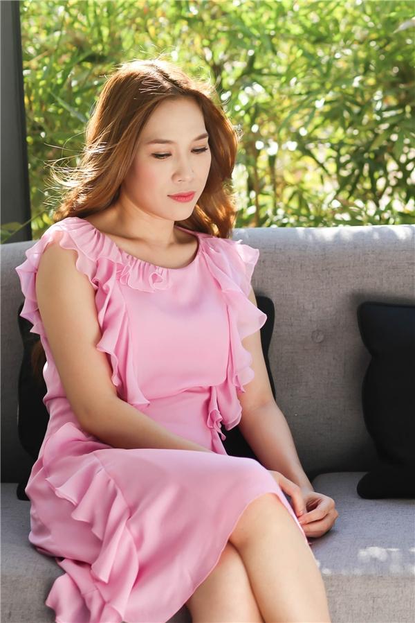"""Một trong những điểm nhấn thú vị về trang phục trong """"Hãy về với nhau"""" chính là bộ váy có tông hồng ngọt ngào, nhẹ nhàng. Bên cạnh sắc màu hợp xu hướng, thiết kế còn gây ấn tượng với những đường gấp li, xếp nếp đang thịnh hành. Thiết kế này có giá khoảng 61 triệuđồng."""