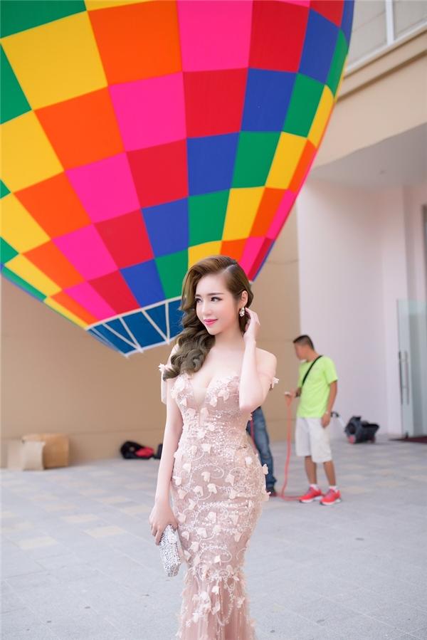 Theo Elly Trần chia sẻ, mặc dù rất sợ độ cao nhưng cô vẫn vô cùng hào hứng được bước lên khinh khí cầu và ngắm nhìn toàn cảnh thành phố Huế từ độ cao 200m. - Tin sao Viet - Tin tuc sao Viet - Scandal sao Viet - Tin tuc cua Sao - Tin cua Sao