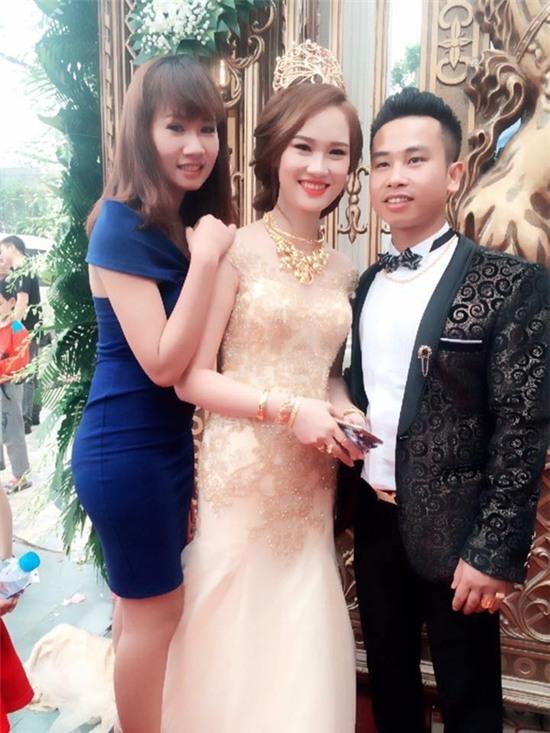 Cô dâu Minh Nguyệt và chú rể Nguyễn Khoahạnh phúc trong đám cưới.(Ảnh: Internet)