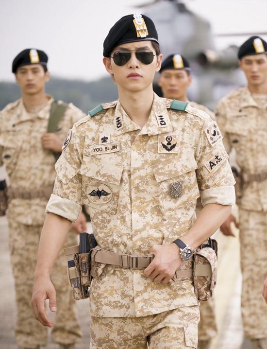 """Hình ảnh quân nhân trong tờ tiền âm phủ chính là hình ảnh Đại úy Yoo Shi Jin do Song Joong Ki thủ vai trong """"Hậu duệ mặt trời"""""""