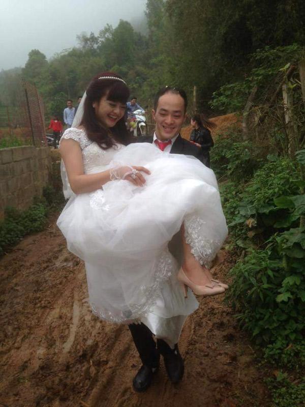 Chú rể bế cô dâu lội bùn đất, 'bế' qua cả những lo toan