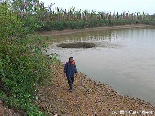 Vào một buổi sáng ngày 29/03 vừa qua, một người nông dân ở huyện Quế Bình, tỉnh Quảng Tây, Trung Quốc đi thăm hồ cá của mình thì hoảng hồn phát hiện lòng hồ bị sụp xuống thành một chiếc hố khổng lồ và nuốt trọn toàn bộ số cá mà ông nuôi từ trước đến nay.