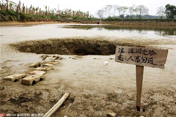 Một tấm biển cảnh báo đã được dựng lên gần đó. Người dân cho rằng hố tử thần xuất hiện là do tác động của một mỏ đá gần đó.