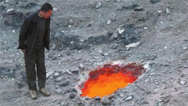 Ngày 09/04/2015, một người đàn ông phát hiện một lỗ sụt trên mặt đất gần một công trường ở Ô Lỗ Mộc Tề, Tân Cương. Nó tỏa ra hơi nóng bỏng rát và có màu đỏ nhưng không phát ra âm thanh hay lưỡi lửa. Miệng lỗ rộng khoảng 80cm và nóng đến 792oC, không nhìn thấy đáy.