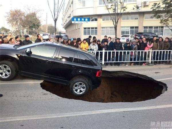 Ngày 12/12/2014, một chiếc ô tô bị lọt bánh sau xuống hố tử thần trên một con đường ở Trấn Giang, Giang Tô.