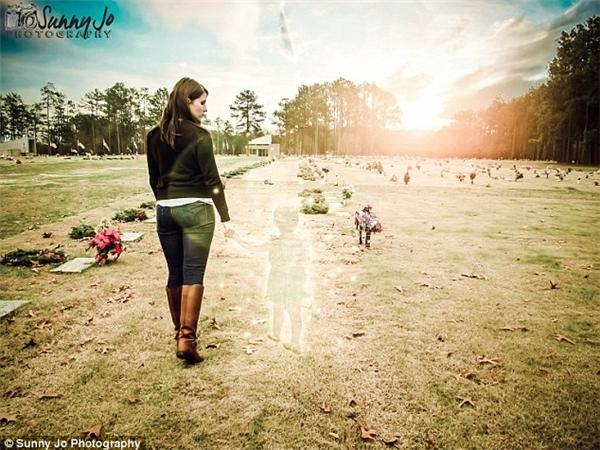 Hình ảnh Ditty nắm tay con gái đi trong nghĩa trang khiến không ít người phải xúc động. (Ảnh: Internet)