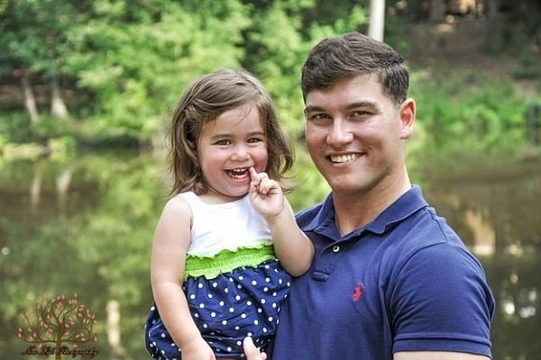 Bé Macy Grace cạnh người bố ruột của mình (Ảnh: Internet)