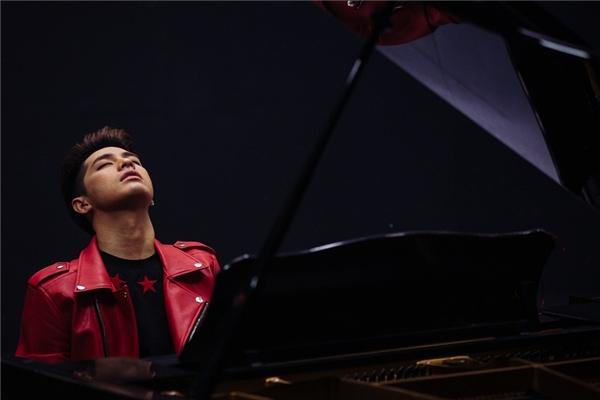Đặc biệt, nam ca sĩ cũng trổ tài chơi đàn piano điêu luyện trong MVnày. - Tin sao Viet - Tin tuc sao Viet - Scandal sao Viet - Tin tuc cua Sao - Tin cua Sao