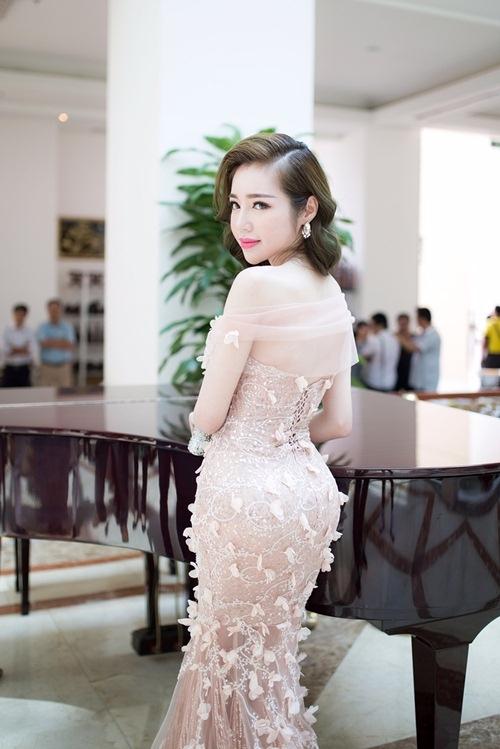 Trong một buổi tiệc vừa qua, Elly Trần chọnbộ váy ôm sát khoe đường congtrên nền chất liệu xuyên thấu. Thiết kế tạo điểm nhấn bởi những hoạ tiết ánh kim nổi bật kết hợp chi tiết đính kết kì công, tỉ mỉ.