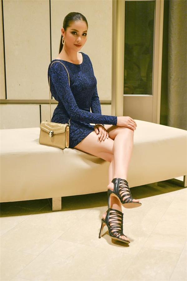 Trong khi đó, chiếc váy xanh đen ôm sát khoe đường cong lại mang đến vẻ ngoài trẻ trung, năng động hơn cho người đẹp đất cảng. Loạt phụ kiện với kích thước nhỏ, xinh dù không đồng điệu về tông màu nhưng vẫn tạo nên sự hài hoà.