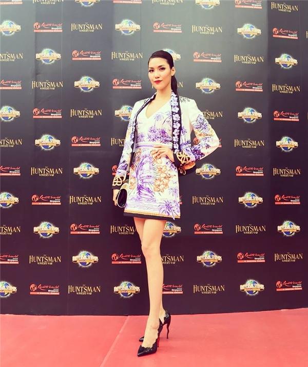 Trên thảm đỏ một sự kiện lớn tại Singapore, Lan Khuê trở thành tâm điểm với bộ trang phục có thiết kế hiện đại kết hợp loạt hoạ tiết mang đậm màu sắc cổ điển.