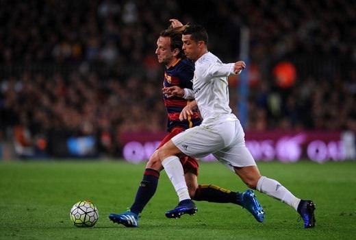 Ronaldo rất chịu khó lui về phòng ngự trong trận Siêu kinh điển. (Ảnh: Getty Images)