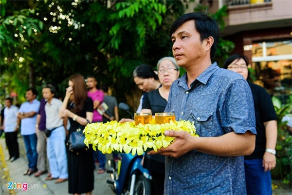 Cả gia đình anh đều ra sân bay từ sớm vì họ không thể chờ đợi thêm nữa. Bạn bè và đồng nghiệp của nhà quay phim quê gốc Tiền Giang cũng đợi sẵn tại nhà riêng để thắp hương tiễn đưa anh.