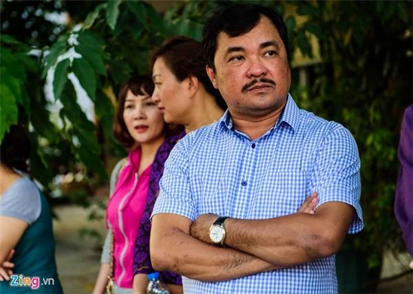 Đạo diễn Phương Điền có mặt tại nhà riêng của Quốc Hương từ sớm. Anh vốn quen biết với nhà quay phim từ rất lâu nên cả 2 có mối thân tình.