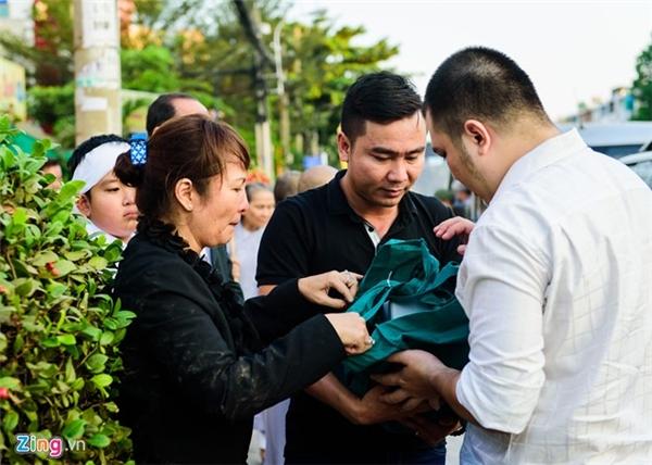 Chị và em trai Quốc Hương nhận tro cốt để đưa về nhà. Khoảng 2 năm trước, Quốc Hương đã sang Australia định cư để con trai có cuộc sống tốt hơn nơi xứ người. Tuy vậy, nguyện vọng của anh là được trở về Việt Nam làm việc cùng anh em sau khi gia đình đã ổn định.