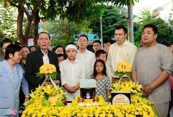 Tại nhà, mọi công đoạn đều được chuẩn bị trước để gia đình anh tiến hành các nghi thức cho người đã khuất.