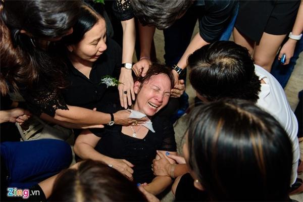 Trong khi đó, chị gái Quốc Hương òa khóc nức nở khi chạm vào tro cốt em trai. Trên suốt đoạn đường từ sân bay về nhà, chị Kim Thanh không ngừng khóc vì thương người em xấu số. Đến khi tro cốt của anh được đưa vào nhà để tiễn biệt mọi người, người chị ấy không còn đứng vững trên đôi chân của mình.