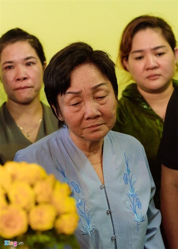 Mẹ Quốc Hương (áo xanh) vẫn giữ được bình tĩnh, bà không ngất xỉu hay khóc nức nở nhưng gương mặt hằn rõ sự khổ đau. Bà bước đến đỡ con gái và nói lời động viên