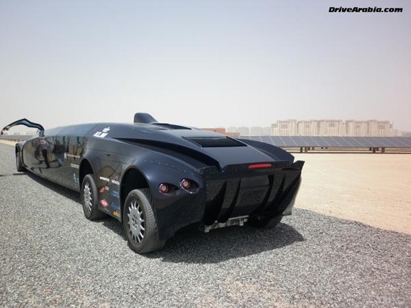 Chiếc xe này hoạt động bằng động cơ điện được sạc từ một khoang đựng pin nằm giữa 2 trục sau của xe.
