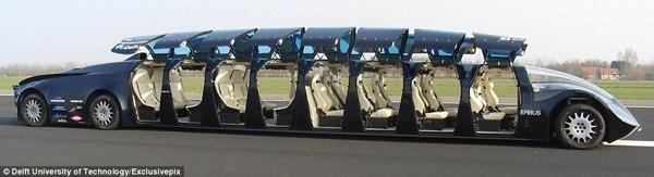 Nó có 16 cánh cửa lật ở hai bên xe để hành khách vào và ra được nhanh chóng và dễ dàng.