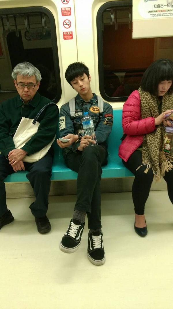 """""""Soái ca"""" ngồi dãy ghế đối diện trên tàu điện ngầm. (Ảnh: Internet)"""