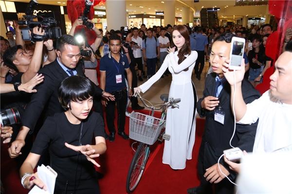 Người đẹp tái hiện lại hình ảnh của chính mình trên phim thông qua tà áo dài trắng cùng chiếc xe đạp cũ.